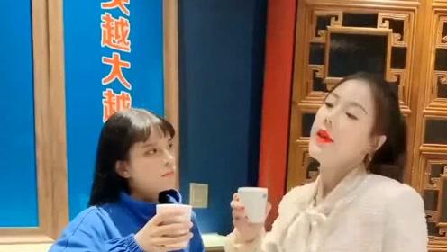 两个女人拼酒量,不服墙就服她俩了