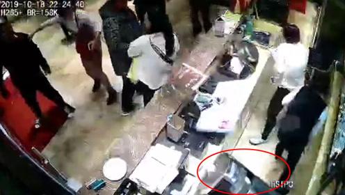 醉酒男子因买单产生纠纷 直接扔垃圾桶暴砸酒店前台