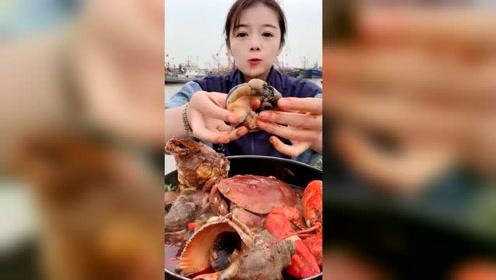 美女直播吃大海螺,这肉看着就想吃一口
