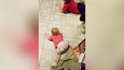看到哥哥在地上爬着玩,弟弟也学了起来,这也太会玩了吧!