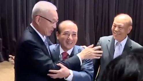 吴敦义与王金平同台大方拥抱破不合传言:你说抱几次就抱几次