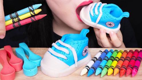 萌妹享用另类美食,彩色蜡笔大口吃光,精致的婴儿鞋也能吃吗?