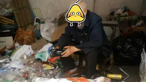 八旬老人痴迷拾荒,百万门面房堆满垃圾,家人:他高兴就行