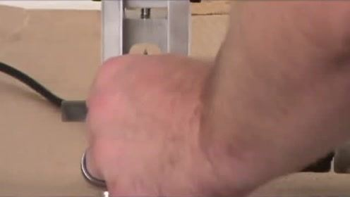 利用手电钻自制剥电线皮神器,这聪明才智让人佩服