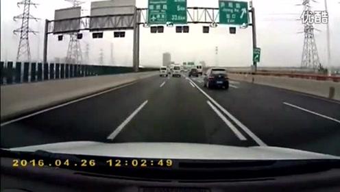 高速岔道口 面包车违规变道 别克女司机惨撞护栏