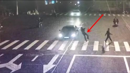 """太危险!浙江一斑马线前遇车逆行狂奔,行人被吓到""""起跳"""""""