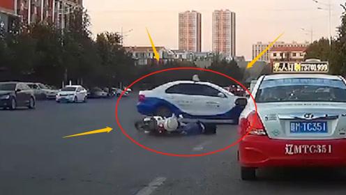 惊魂!电动车女司机路口不减速,急刹车摔倒滑行5米,出租车蹭着头皮经过!