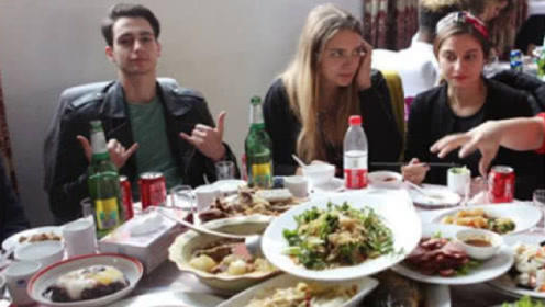 美国人到中国餐厅吃饭,嫌中国人点菜少,等菜上齐后却尴尬不已