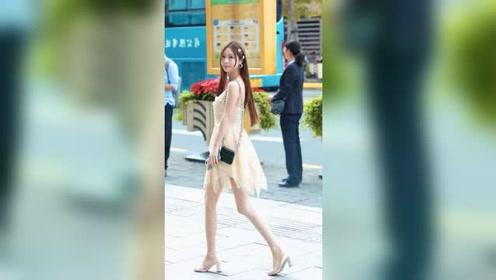 走在杭州街头的漂亮小姐姐,二十岁出头出落的装扮亭亭玉立,干净且美好!