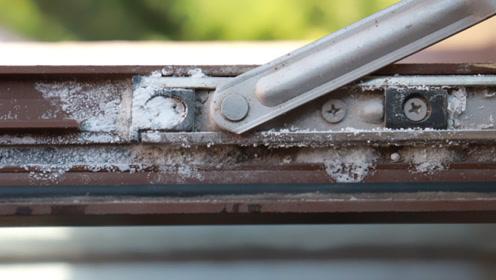 窗户缝隙里全是脏东西,简单清洁方法,快速把灰尘污垢都除尽