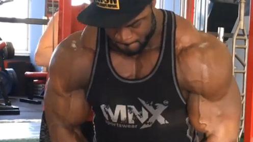 """健美界""""肌肉怪兽"""",体重近三百斤,全身肌肉线条堪称完美!"""