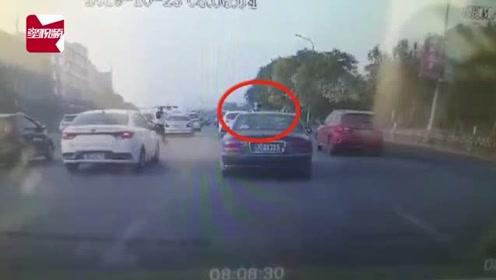 疯狂!辽宁一小车不服交警指挥,撞倒执勤交警后碾压逃逸