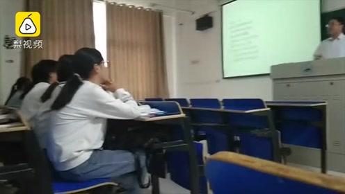 传统文化课老师上课唱京剧:放视频不如我唱,激发学生的兴趣