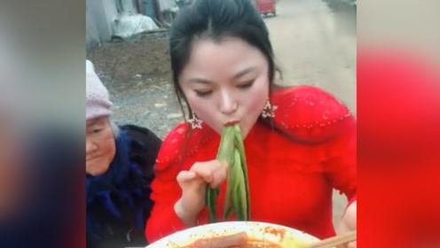 这是最让人无语的吃播,竟然直接吃青菜梗,怪不得不被喜欢!