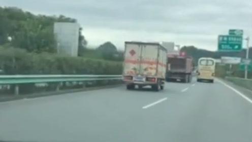 大客车高速路数次别货车  起因竟是一枚石子...