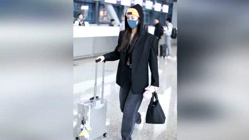 宋妍霏机场亮相,oversized西装配针织开衫,新潮时髦笑容温暖