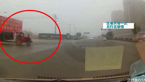 轿车转弯撞上大货车,监控记录惊魂3秒,司机:以后再也不敢了