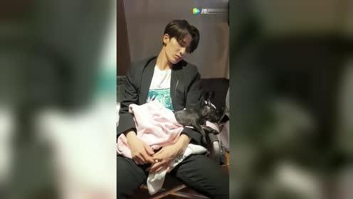 乐华七子李权哲偷拍朱正廷抱着小狗睡觉