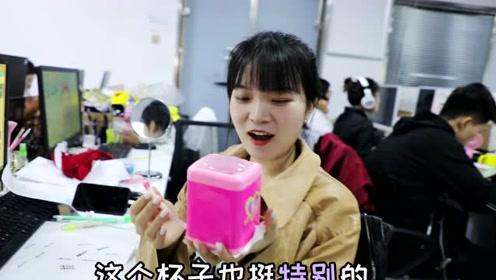 美女偷偷用洗衣机冲奶茶,味道还真不赖!让同事喝完高兴坏了