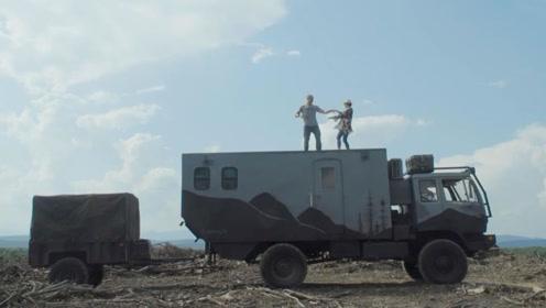 夫妇花费26万,将军用卡车改装成越野房车,开到哪就睡到哪