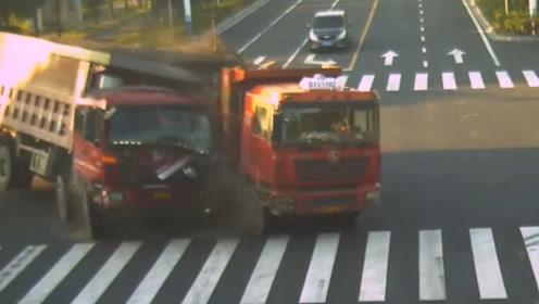 满载沙土的货车闯红灯,被直接撞翻,现场一片狼藉,监控拍下全过程