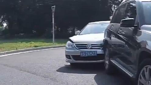"""大众司机太""""仇富"""",弯道不减速怒撞前方豪车,交警:全责舒服了?"""