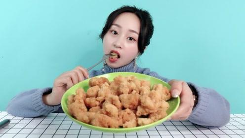 """妹子试吃""""蒜香鸡米花"""",自己下厨油炸,这味道实在是香!"""
