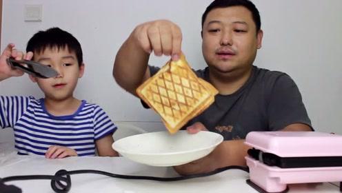为解决小高同学早饭问题 买来三明治机 芝士培根配面包 太美味了