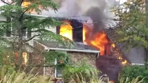 美一架小型飞机在居民区坠毁 目击者:像火山爆发