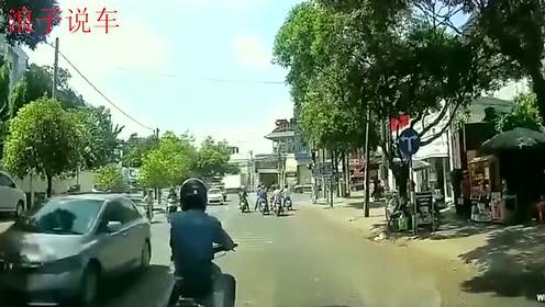 男子太嚣张,直接当在小车前面不走,多次按喇叭没反应