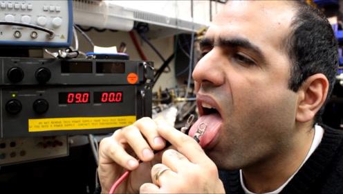 舌头通70安培的电流啥体验?当电压调到25.6V,老外立马捂住嘴巴