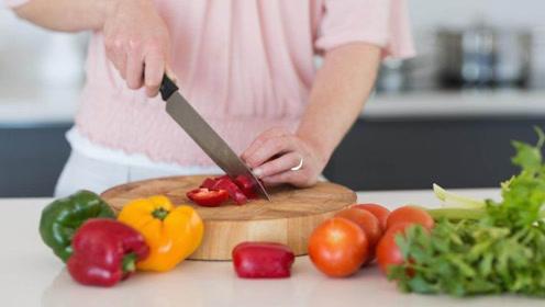 同样是切菜,为何中国厨师只用一把菜刀,外国厨师要用很多刀呢?