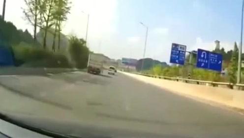 货车作死超车,环卫工人为此当场丢了性命!