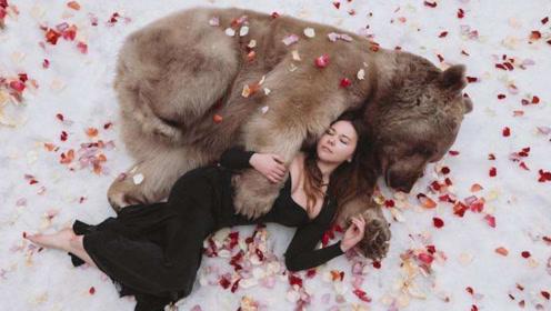 """夫妻收养可怜""""瘦熊"""",半年养成大胖子,每天工作赚熊粮"""