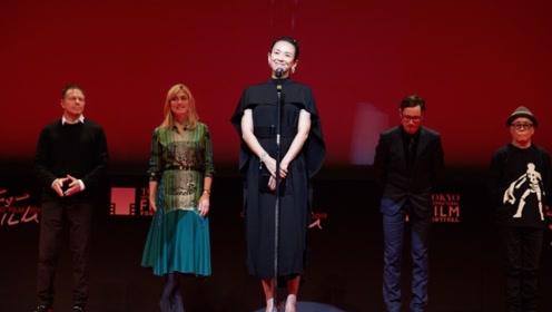 章子怡挺孕肚颁奖,穿黑裙踩高跟鞋气质迷人,为东京电影节闭幕式发表感言