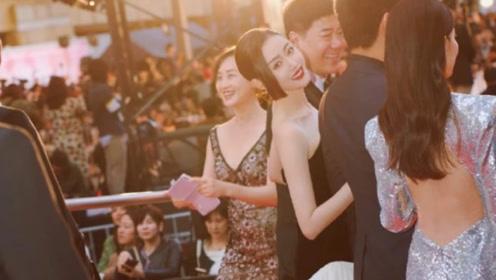 张天爱以为镜头在拍她,仰脸笑的超甜,结果意外火了李沁的美背!
