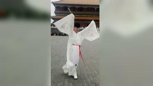 糖豆达人小帅哥表演国风舞蹈,男人跳舞也能这么美
