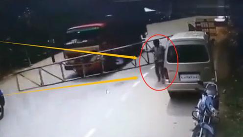 大货车强行冲卡,阿三不幸被铁栏砸中,本以为神功护体,结果却悲剧了!