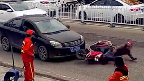 电动车主随意变道酿事故 被直行轿车撞倒受伤