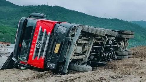 工地的老司机翻车了,整个大货车车身都侧翻在地面,路人拍下全过程!