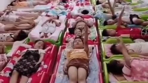 幼儿园的老师套路太深了,一句话就知道,全班没一个睡着的!