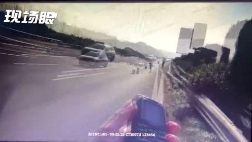 高速快车道换胎?身后的警示牌都被撞碎了!