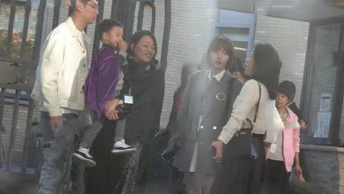 张嘉倪夫妇接孩子放学,婆婆罕见曝光很年轻,气质不输儿媳