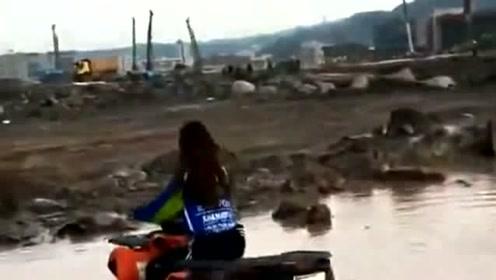 美女越野车手四轮过泥坑,果然是女汉子一点都不马虎,司机们不试试?