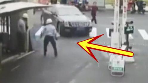 一点小事,司机加油撞了过去,保安拿起砖头砸豪车!