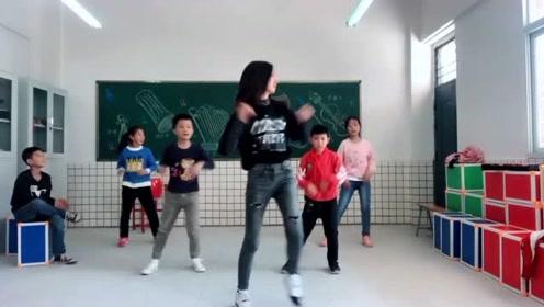 网红女幼师教学生跳《大田后生仔》,网友:这舞姿不简单!