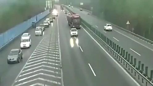 女司机高速路上180迈变道超车,大货车司机要治一下路怒了