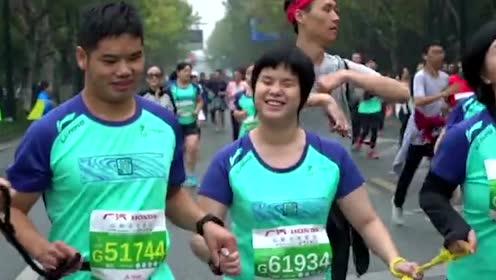 人间自有真情在!女护士跨跃柜台救人 视障情侣手牵手完成马拉松
