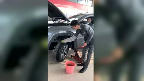 这年头男人干活比女人讲究,洗车轱辘还要戴手套