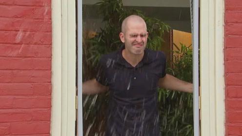 帮女子冲洗窗户上的泥土,不料男子突然打开窗户,水全部倒在了他脸上